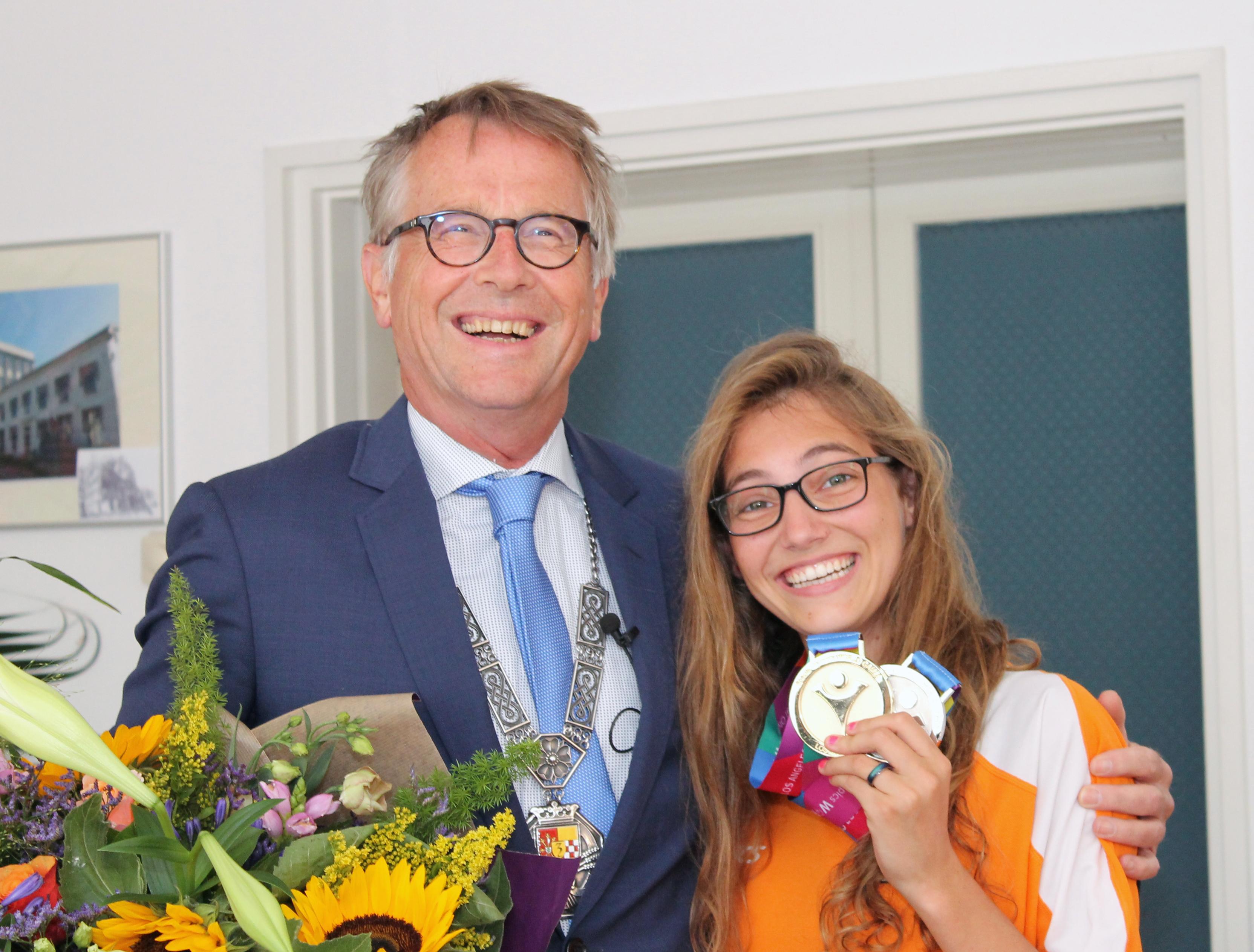 Special Olympics zwemkampioene Esmee Anne de Meulmeester uit Giesbeek gehuldigd