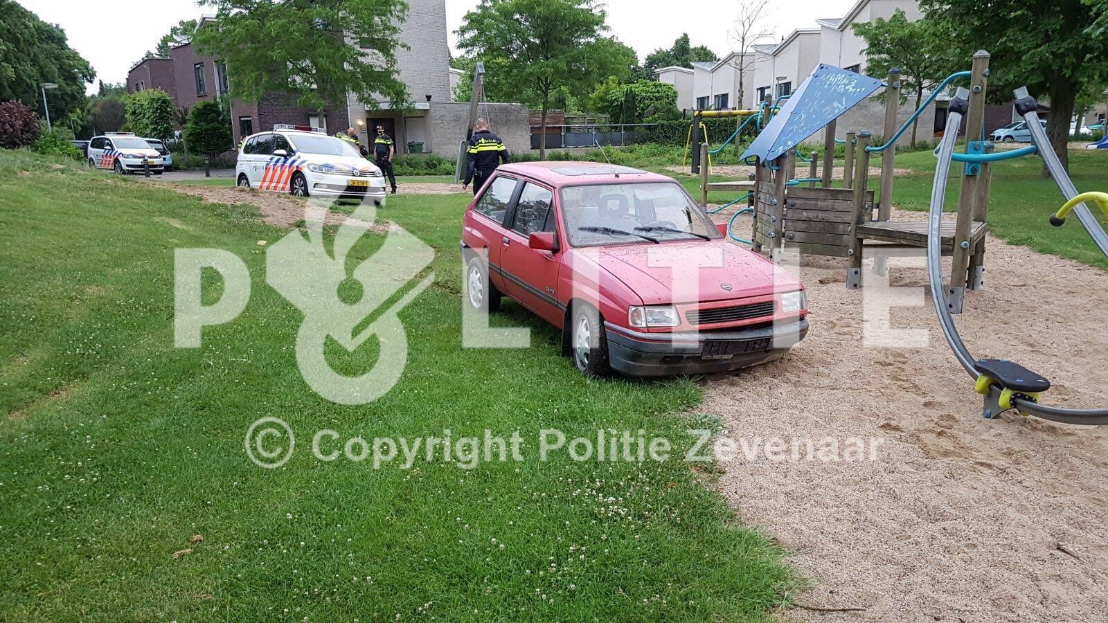 Achtervolging van een gestolen auto door woonwijk