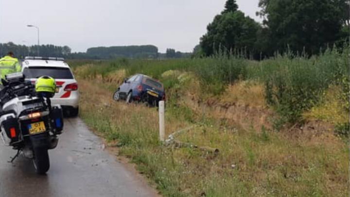 Auto uit de bocht, bestuurder spoorloos