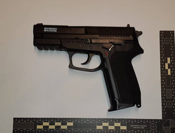 """17 jarige jongen in Giesbeek gepakt met """"nep"""" vuurwapen en mes op zak"""