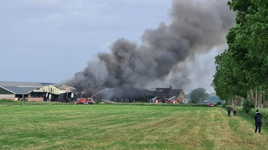 Brand in grote loods in Angerlo